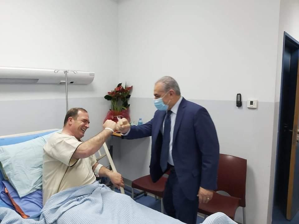 رئيس الوزراء محمد اشتية خلال زيارته اللواء كميل
