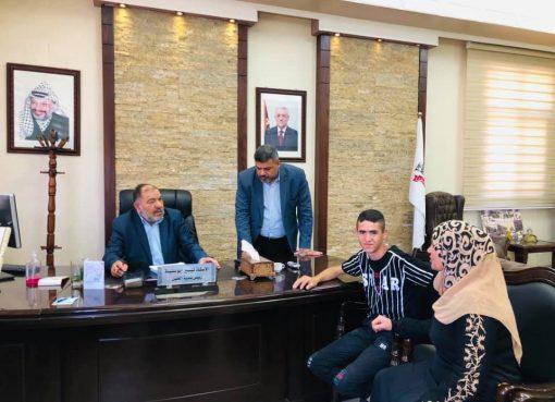 تيسير أبو سنينة يستقبل عامل النظافة